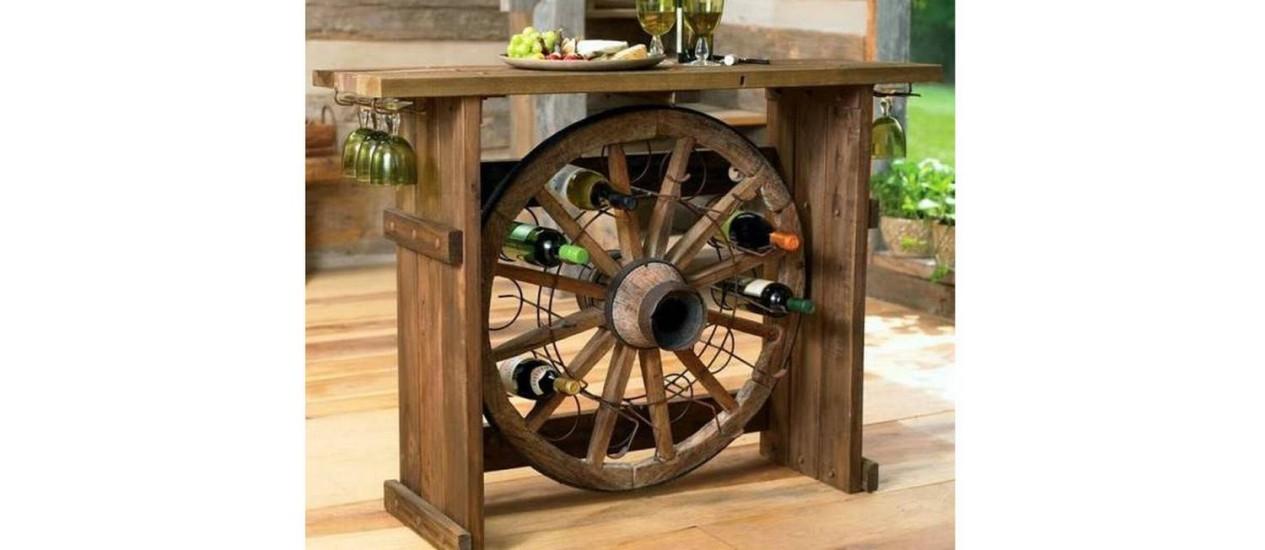 Vinhos exibidos na adega feita a partir de uma roda-d'água Foto: REprodução da internet