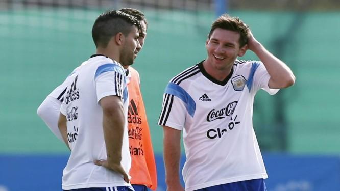 Messi sorri durante o treino da Argentina durante conversa com Agüero e Maxi Rodriguez Foto: Marcos Brindicci / Reuters
