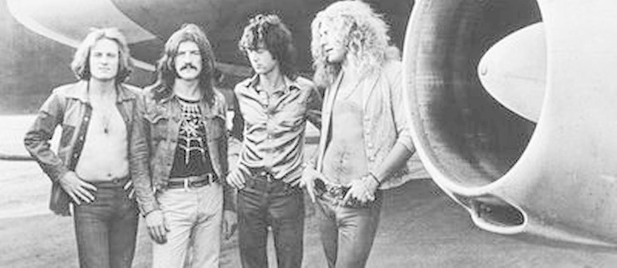 Led Zeppelin no auge. Banda posa em frente ao avião do grupo, 'The Starship' Foto: DIVULGAÇÃO