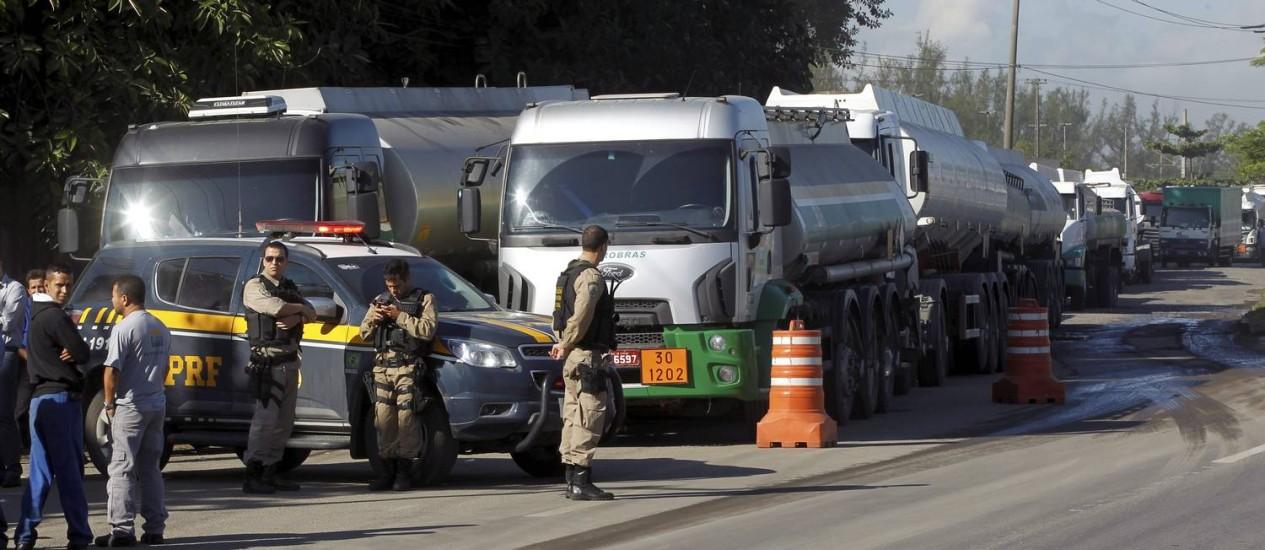 Policiais rodoviários federais acompanham protesto de caminhoneiros em frente ao terminal de distribuição da Reduc Foto: Gabriel de Paiva / Agência O Globo
