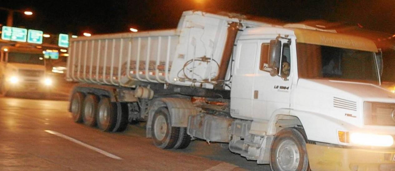 Caminhões com mais de dois eixos desrespeitam a proibição de circulação na Ponte Rio-Niterói Foto: Gustavo Stephan/ Agência O Globo