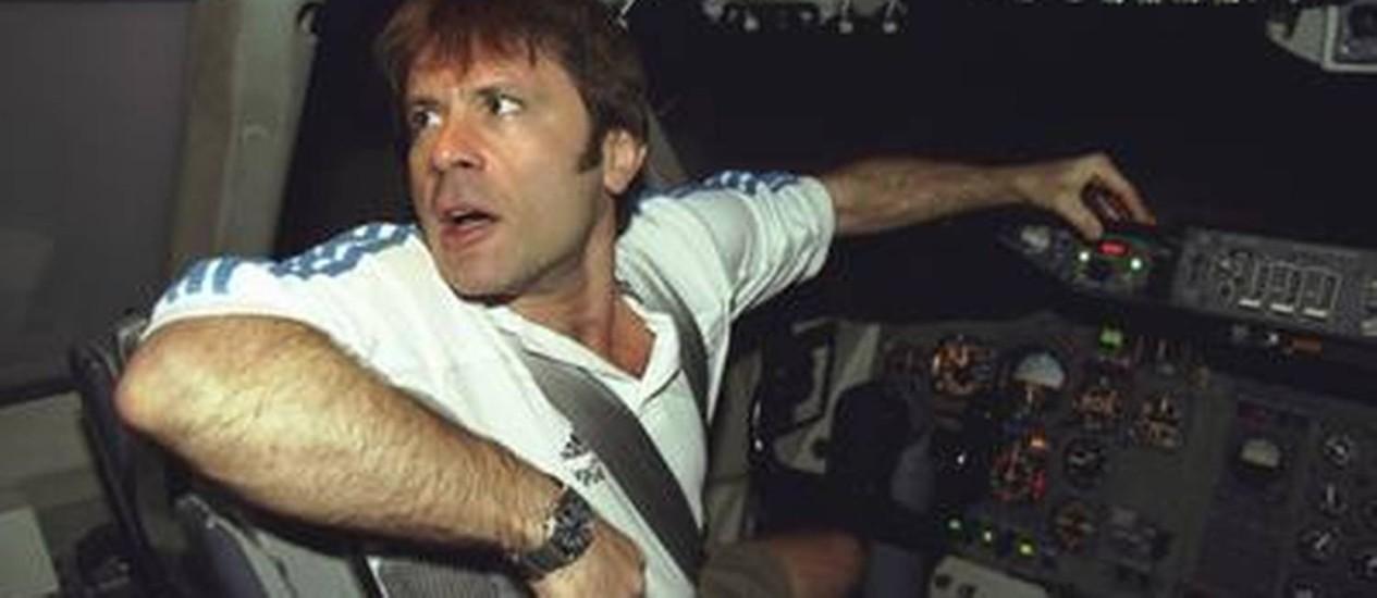 Bruce Dickinson em um simulador de voo da antiga Varig, em 2001 Foto: Simone Marinho / RI