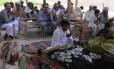 Residente paquistanês Mohammad Iqbal (centro) reza ao lado de parentes de sua esposa Farzana Parveen, que foi espancada até a morte com tijolos por seu pai e outros membros da família por se casar com um homem de sua própria escolha