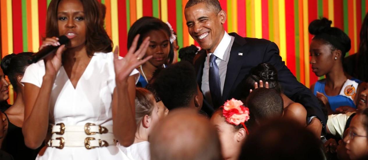 Michelle e Obama com estudantes num show de talentos na Casa Branca: presidente descarta ingresso da mulher na política Foto: KEVIN LAMARQUE / REUTERS