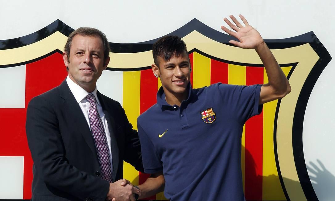 Neymar se apresenta ao Barcelona, ao lado do ex-presidente Sandro Rossell, em junho de 2013: transferência conturba forçou saída de catalão Foto: / Reuters/Albert Gea