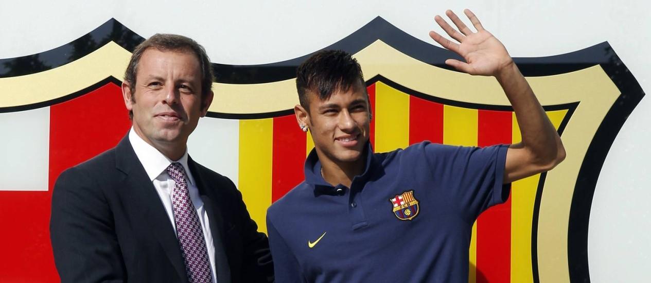 Neymar se apresenta ao Barcelona, ao lado do ex-presidente Sandro Rossell, em junho de 2013: transferência conturbada forçou saída de catalão Foto: Albert Gea / Reuters