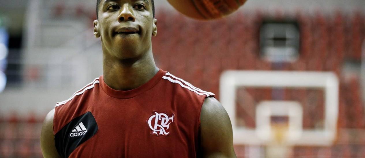 Fome de bola. O americano Meyinsse, um dos estrangeiros do Flamengo, durante o treino desta sexta-feira da equipe na HSBC Arena Foto: Guito Moreto / Guito Moreto