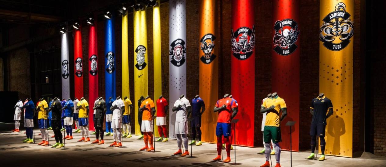 Camisas de dez seleções que participarão da Copa do Mundo estão expostas no armazém Foto: Divulgação/Nike