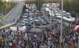 Professores em greve fecham acesso à Avenida Presidente Vargas, na tarde desta sexta-feira