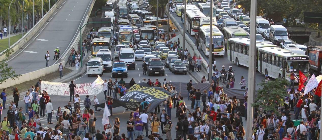 Professores em greve fecham acesso à Avenida Presidente Vargas, na tarde desta sexta-feira Foto: Domingos Peixoto / Agência O Globo