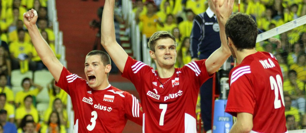 Poloneses comemoram vitória de 3 a 0 sobre o Brasil no Paraná, na segunda rodada da Liga Mundial. FIVB/Divulgação