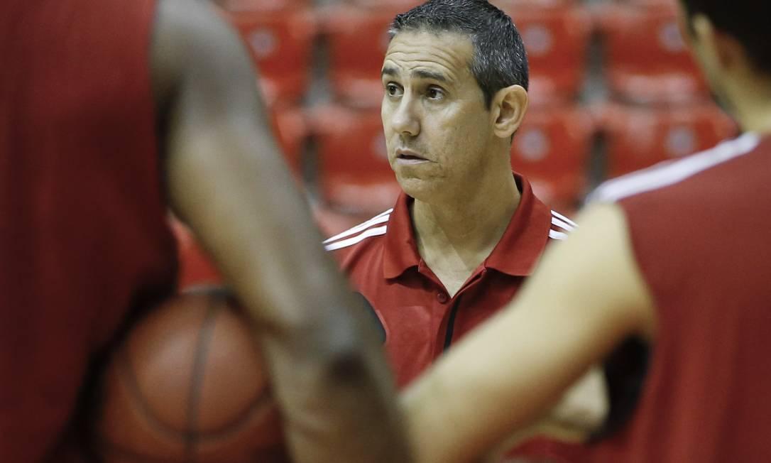 Prioridade. O técnico do Flamengo, José Neto, conversa com o grupo em treino na HSBC Arena. Final do NBB é a maior preocupação Foto: / Guito Moreto