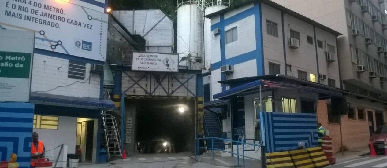 A entrada da obra do Metrô, em Copacabana Foto: Emanuel Alencar