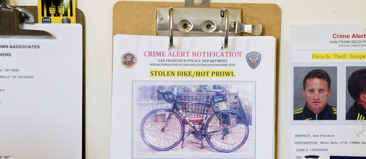 Aviso de bicicleta roubada no escritório do agente Matt Friedman Foto: JASON HENRY/NYT