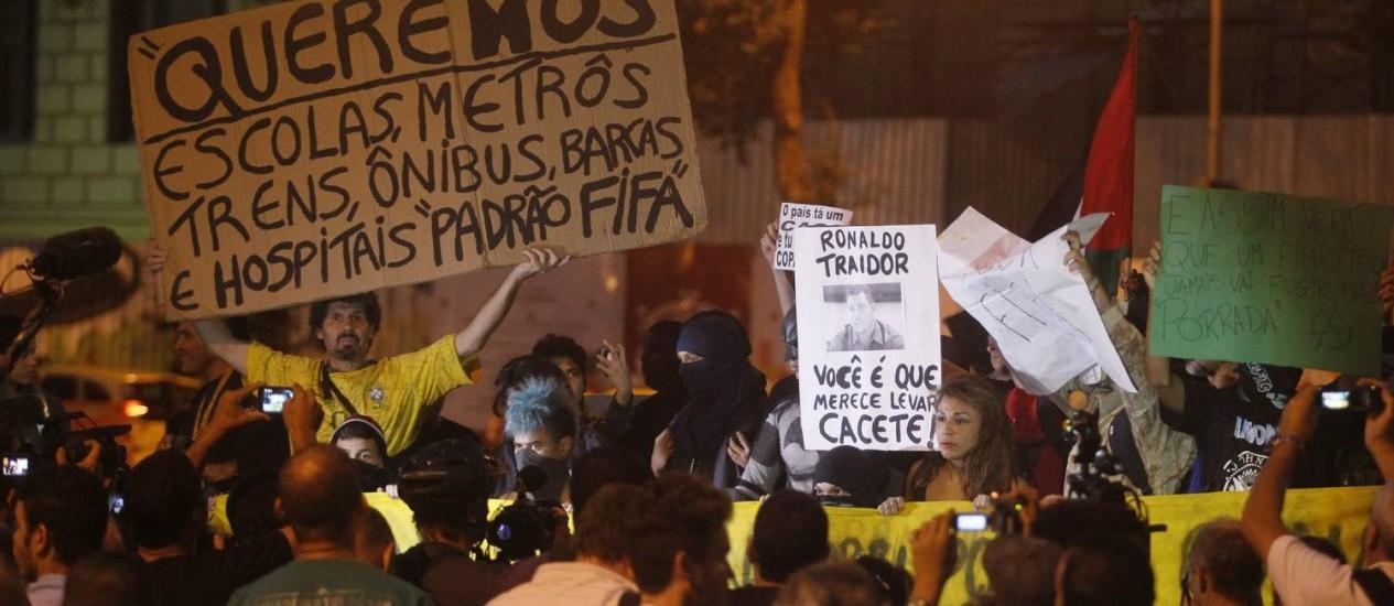 Manifestantes protestam contra a Copa, no Centro do Rio Foto: Marcelo Carnaval / Agência O Globo