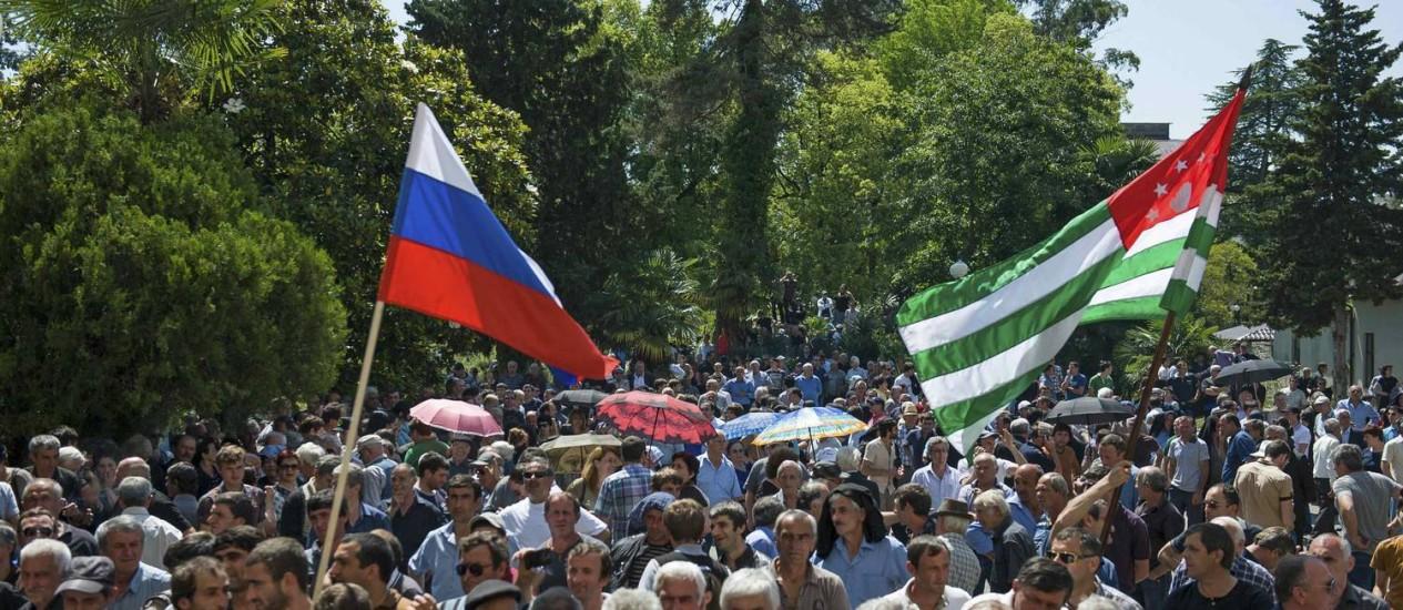 Com bandeiras da Rússia e da Abcázia, manifestantes protestam do lado de fora da sede do governo da província georgiana, palco do conflito entre a Rússia e a Geórgia, em 2008 Foto: REUTERS