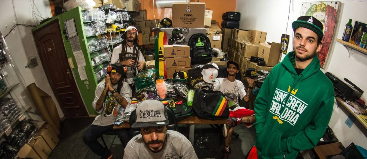Integrantes da ConeCrewDiretoria posam com produtos vendidos pela banda Foto: Sergio Blazer / Divulgação