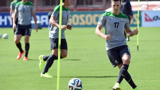 Matthew McKay chuta a bola no treino da seleção australiana em Vitória Foto: WILLIAM WEST / AFP