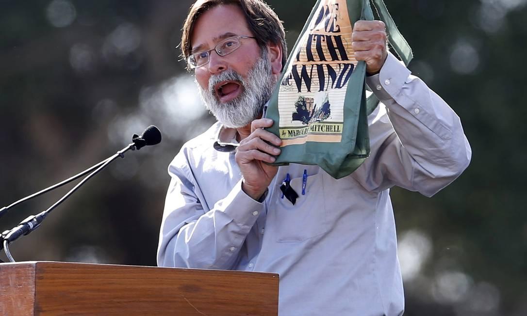 Richard Martinez durante discurso emocionado na Califórnia Foto: LUCY NICHOLSON / REUTERS