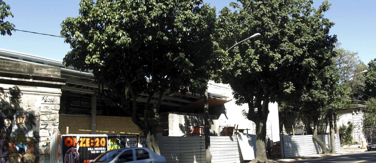 Alta gastronomia. Por trás dos tapumes na Rua Jardim Botânico, é possível ver o prédio que abrigará o restaurante Foto: Gabriel de Paiva / Agência O Globo