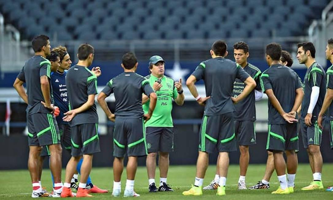 O técnico do México, Miguel Herrera, conversa com os jogadores em Dallas Foto: Divulgação / México