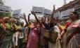 Em Nova Délhi, membros da Associação Democrática das Mulheres indiana protestam contra o estupro coletivo das duas adolescentes
