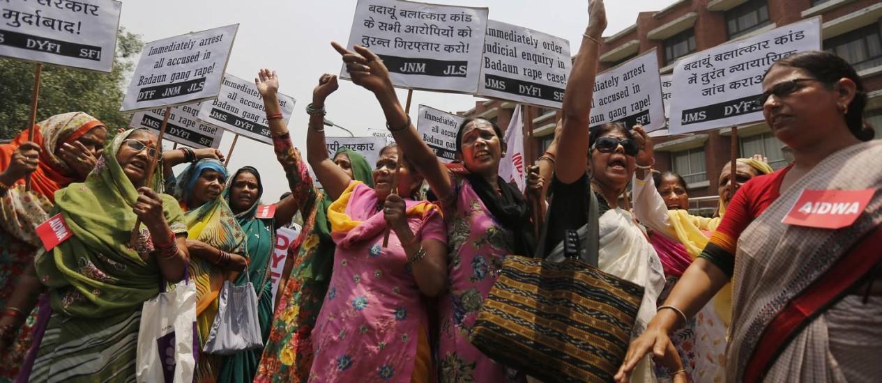 Em Nova Délhi, membros da Associação Democrática das Mulheres indiana protestam contra o estupro coletivo das duas adolescentes Foto: Altaf Qadri / AP