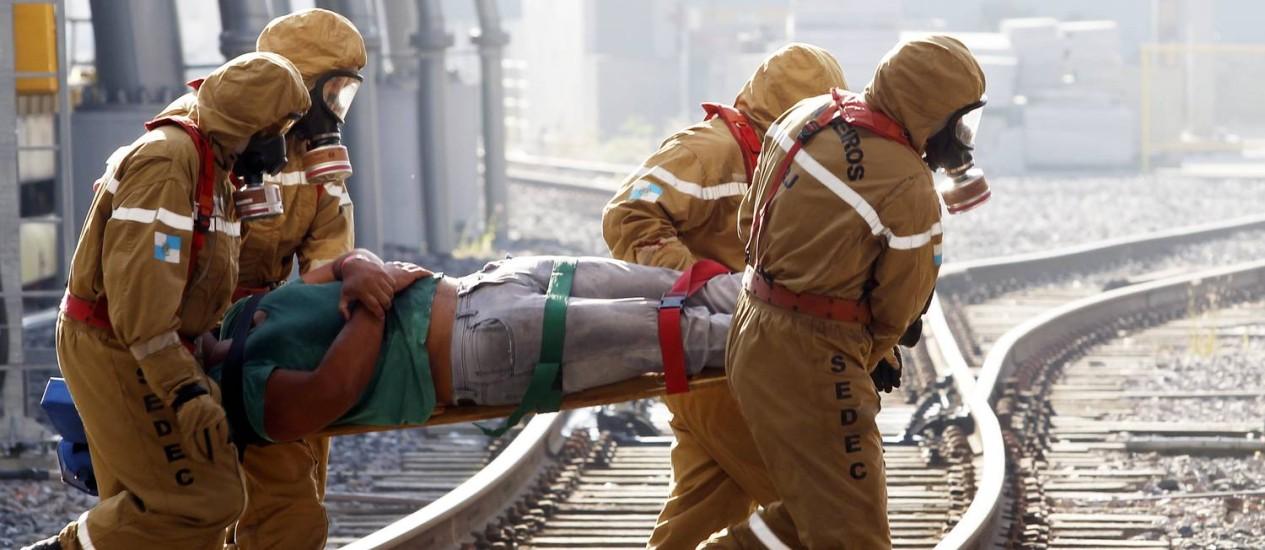 Equipes do Corpo de Bombeiros simulam resgate durante treinamento de segurança para a Copa Foto: Gustavo Miranda / Agência O Globo