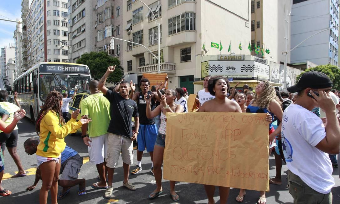 Moradores chegaram a fechar duas faixas da Avenida Princesa Isabel Foto: Domingos Peixoto / Agência O Globo