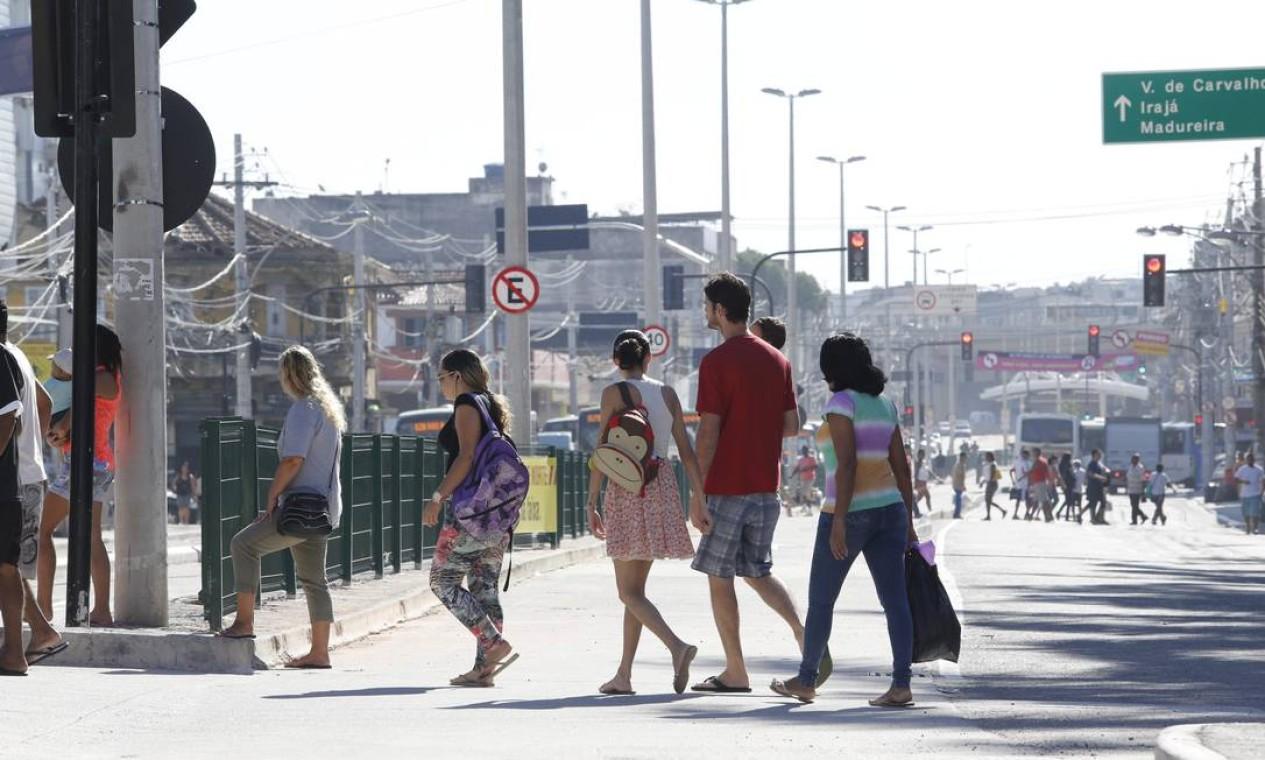 Pedestres atravessam fora da faixa, na Penha Foto: Fabio Rossi / Agência O Globo