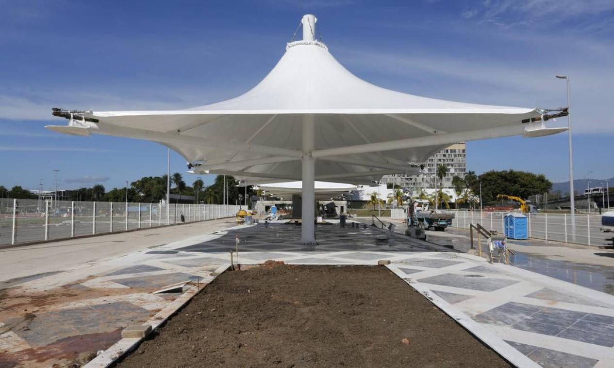 A estação do BRT da Ilha do Fundão com canteiros inacabados Foto: Fabio Rossi / Agência O Globo
