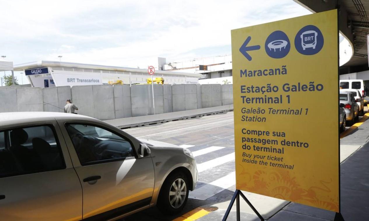 As obras da estação do BRT Terminal 1 do Galeão também estavam sendo finalizadas na tarde deste sábado Foto: Fabio Rossi / Agência O Globo