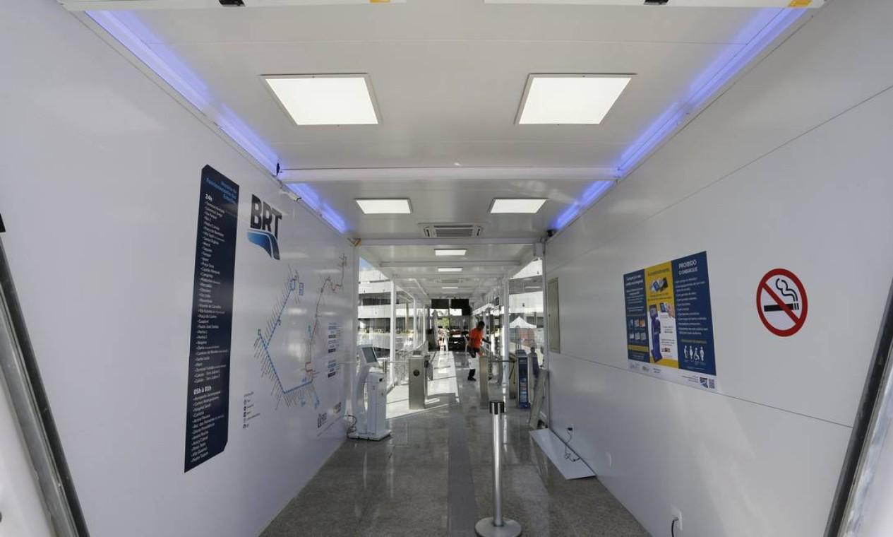 O interior da estação do BRT Terminal 1 do Galeão Foto: Fabio Rossi / Agência O Globo