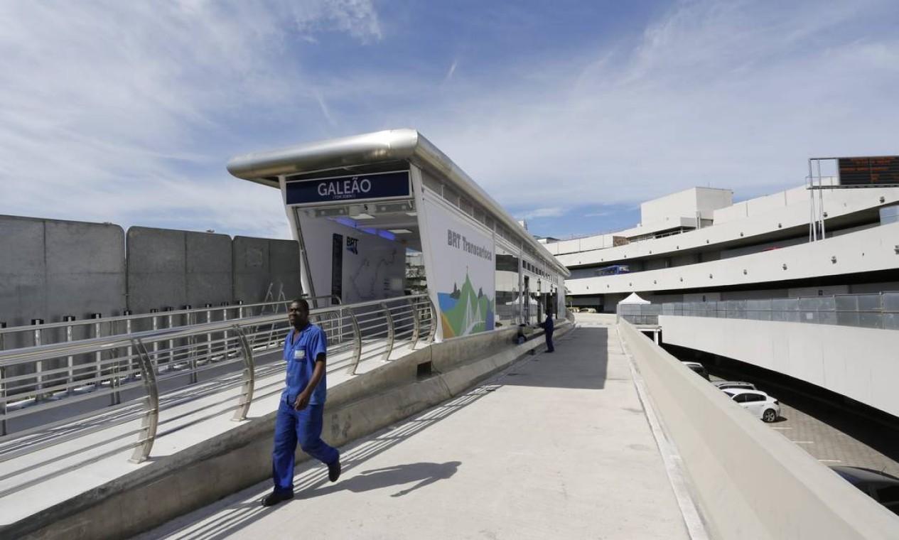 Funcionários trabalham nos últimos preparativos para a inauguração do BRT Trancarioca Foto: Fabio Rossi / Agência O Globo