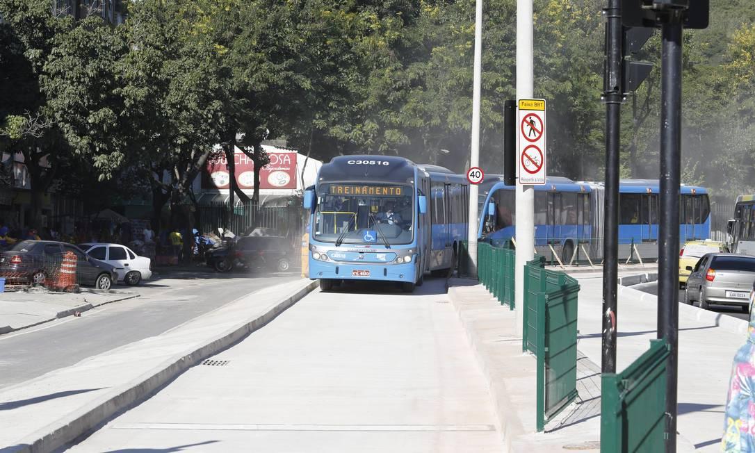 Veículos articulados fazem teste operacional do BRT Transcarioca Foto: Fabio Rossi / Agência O Globo