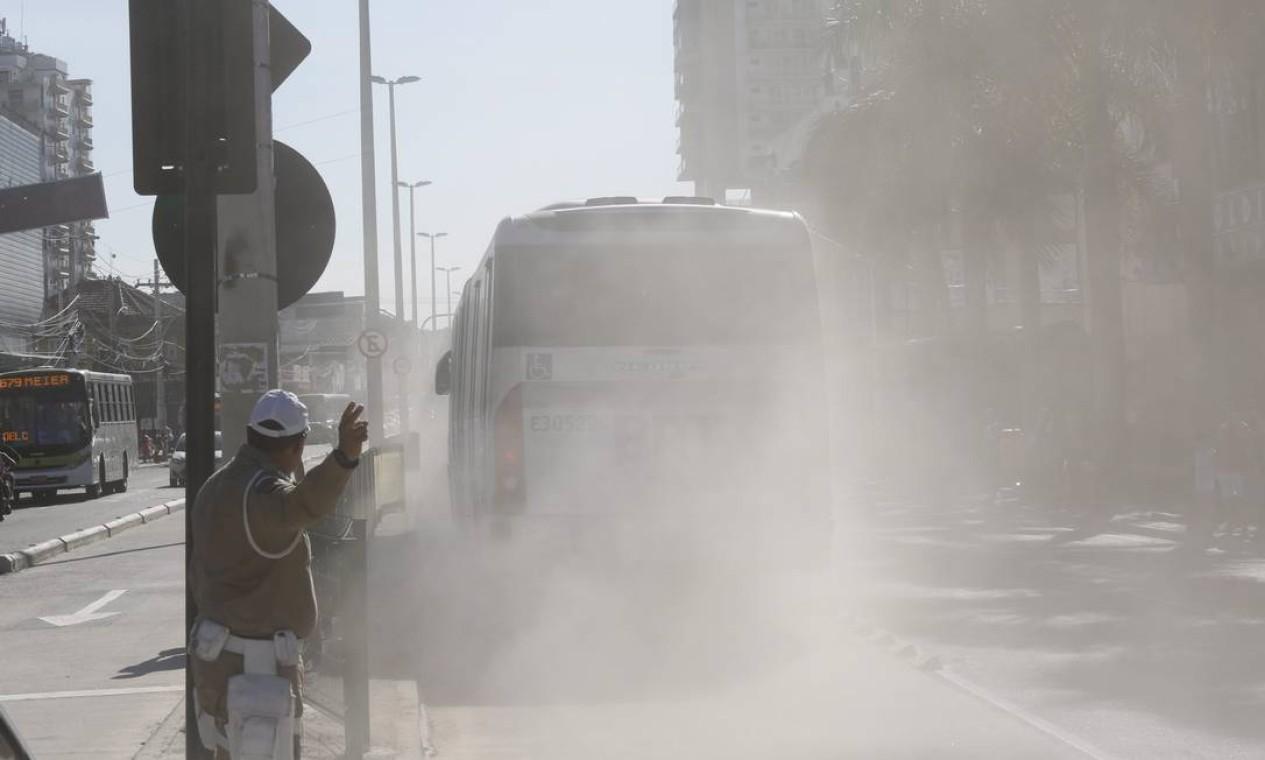 Ônibus articulados levantam poeira na altura da Penha, onde obras da Transcarioca ainda estão sendo concluídas Foto: Fabio Rossi / Agência O Globo