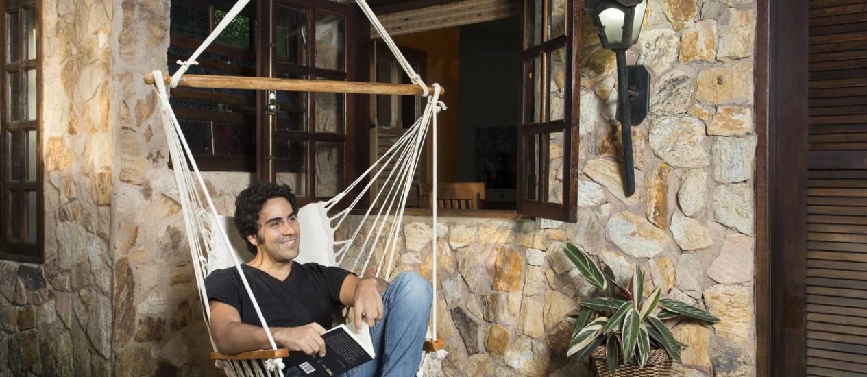 Renato Livera na rede em frente à sua casa na Ilha da Gigoia Foto: Leo Martins / Agência O Globo