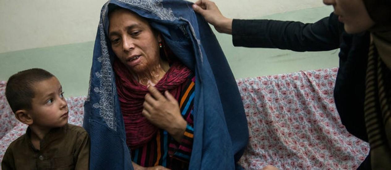 Zahra mostra suas cicatrizes para uma advogada em Pul-i-Kumri Foto: The New York Times / Lynsey Addario