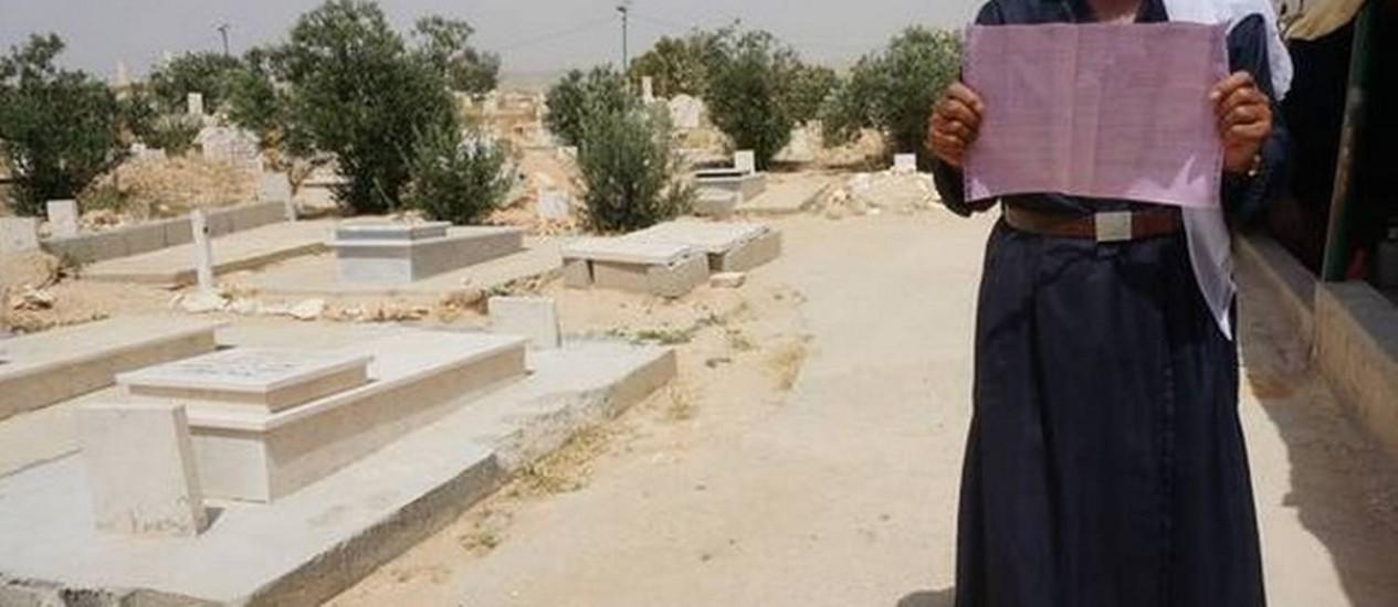 Xeque de Al-Araqib mostra ordem de despejo em nome de pessoas já enterradas Foto: Reprodução