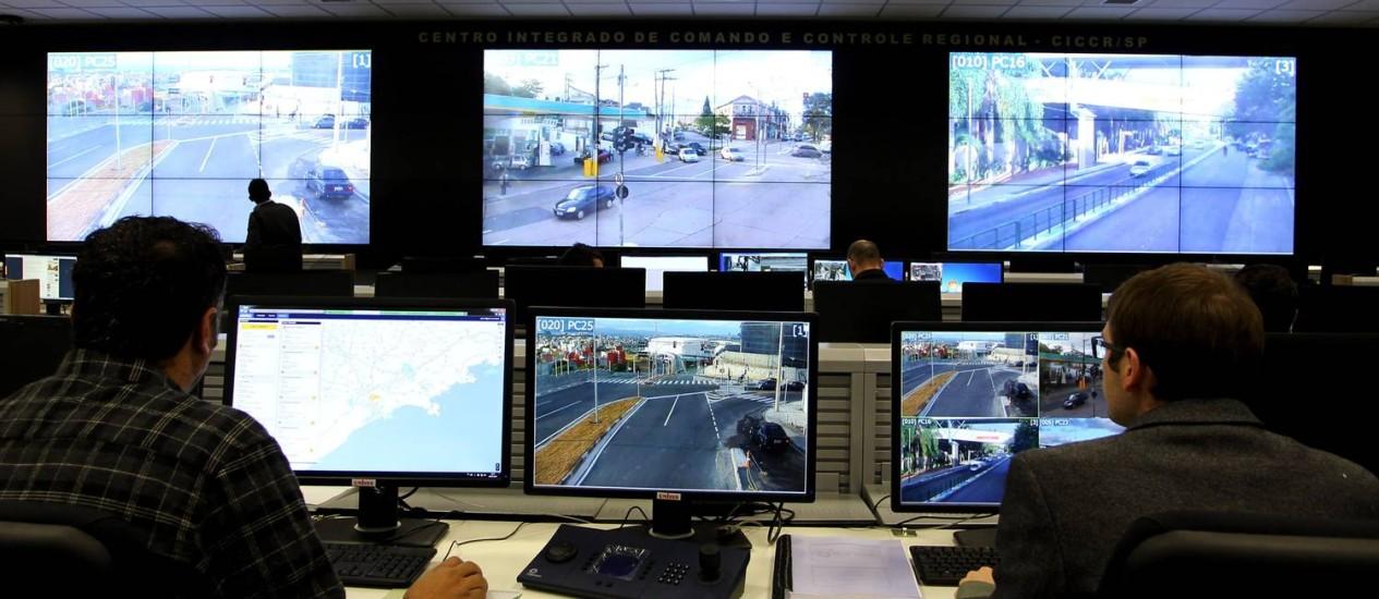 Vigilância: câmeras em São Paulo vão monitorar pedestres no Centro Integrado de Comando e Controle da PM Foto: O Globo / Fernando Donasci