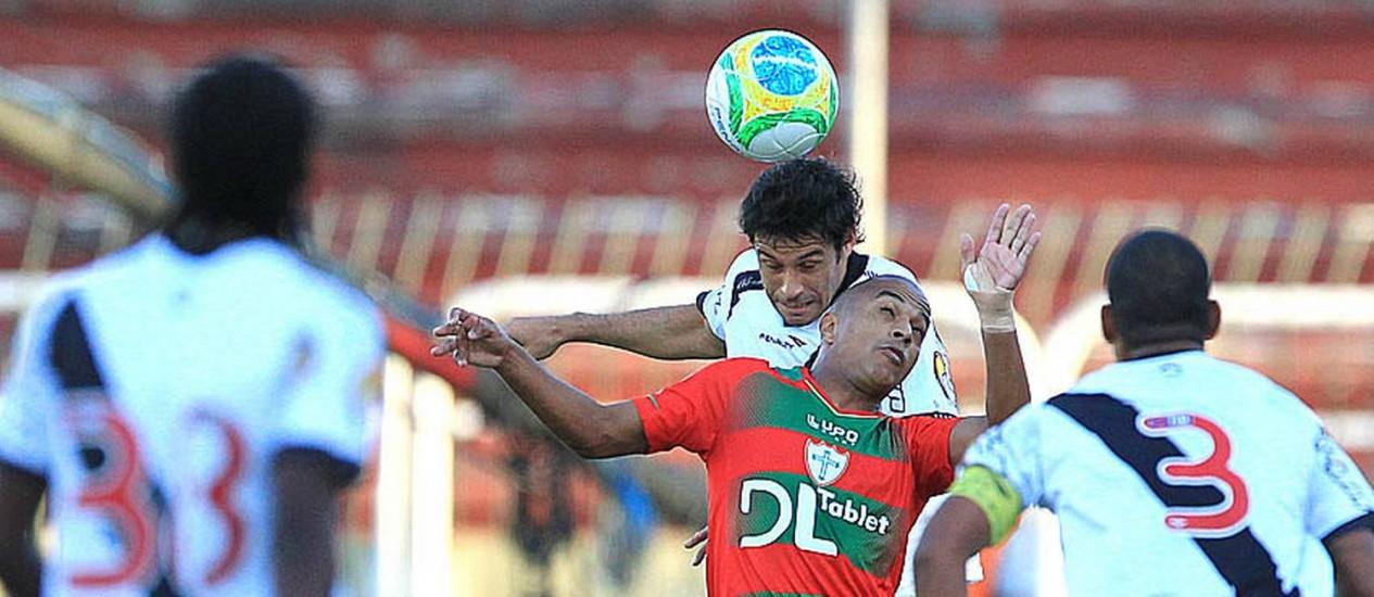 Fabricio, do Vasco, disputa a bola com um jogador da Portuguesa Foto: Divulgação / Vasco