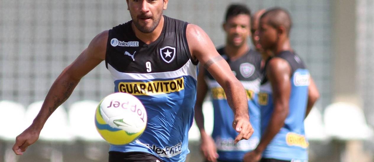 Tanque Ferreyra arrisca chute em treino do Botafogo Foto: Vitor Silva / SSPress / Vitor Silva/SS Press/14-4-2014