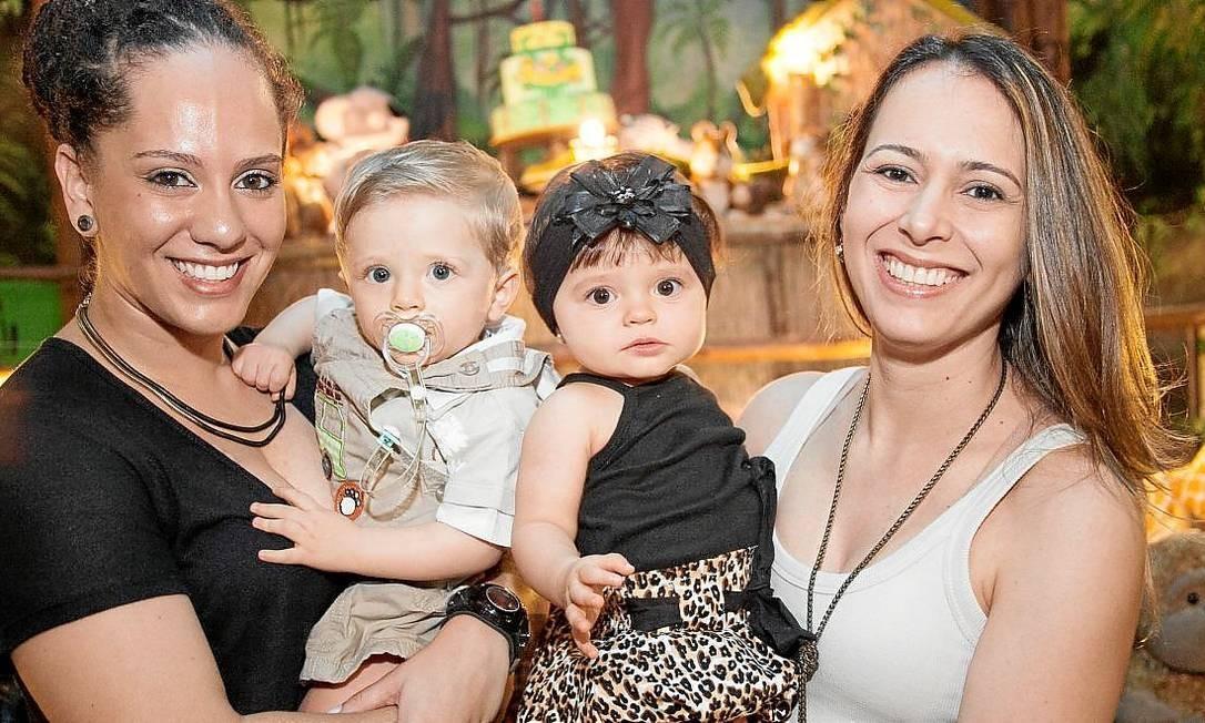 Em dobro. Thais Musachi (de preto) e Luciana Avelar com os gêmeos Lucca e Laura: gravidez compartilhada Foto: Arquivo pessoal / O GLOBO