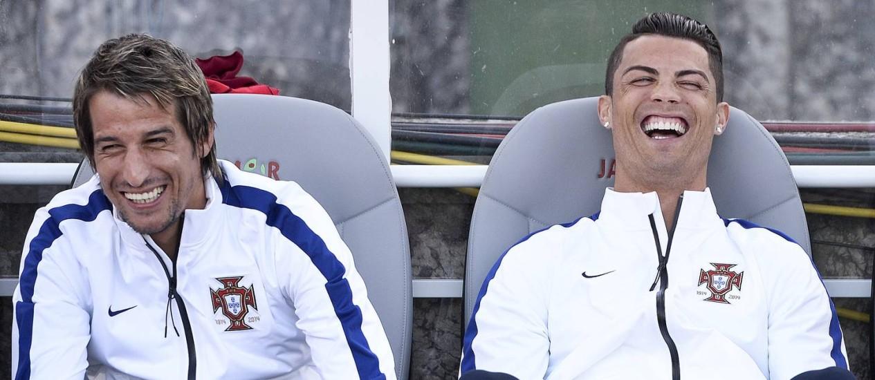 Cristiano Ronaldo sorri ao lado de Fabio Coentrão no empate entre Portugal e Grécia Foto: PATRICIA DE MELO MOREIRA / AFP