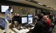 Em ação. Equipe de jornalistas na produção do novo site do GLOBO