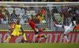 No jogo entre Espanha e Nigéria, na Copa das Confederações, a marca brasileira Centauro ao fundo do gol: visibilidade global