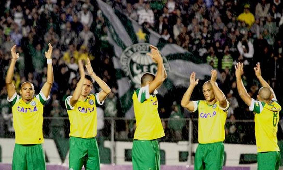 Jogadores do Coritiba saúdam a torcida após o jogo Foto: Divulgação / Coritiba