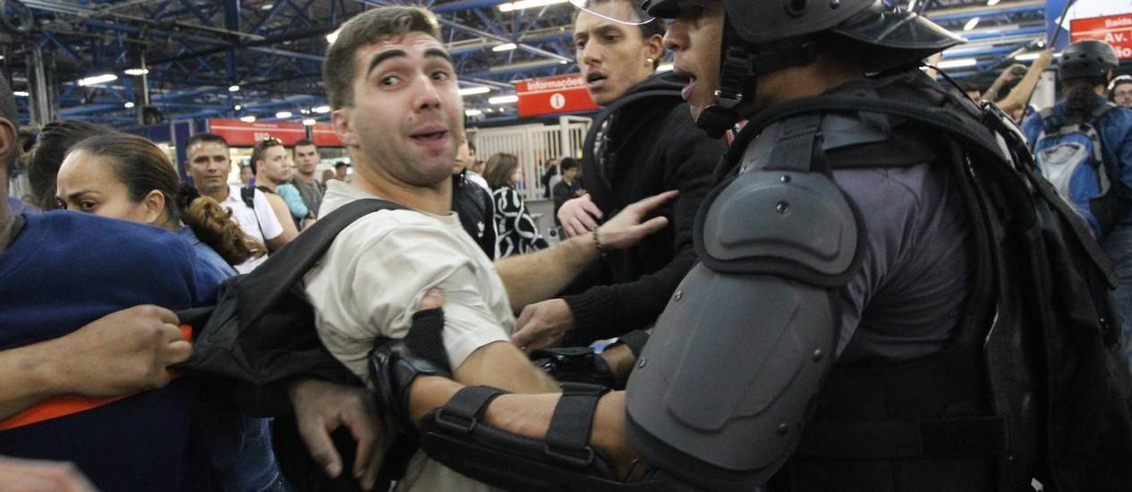 Protesto contra a copa tem momento de confusão entre policiais e manifestantes no Metrô da Barra Funda. Foto: Fernando Donasci / O Globo