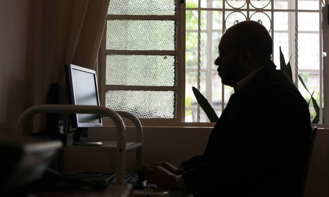 Síndrome de burnout. Profissional do ramo de seguros acabou se dedicando exageradamente ao trabalho e descobriu-se com a síndrome, que provoca exaustão e sintomas físicos Foto: / Fernando Donasci