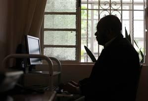 Síndrome de burnout. Profissional do ramo de seguros acabou se dedicando exageradamente ao trabalho e descobriu-se com a síndrome, que provoca exaustão e sintomas físicos Foto: Fernando Donasci
